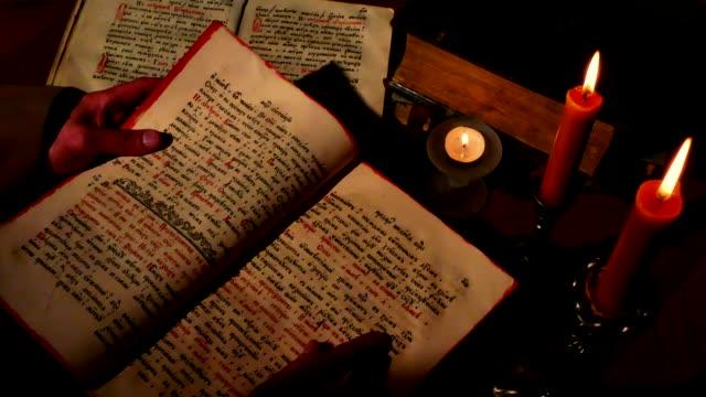 vídeos y material grabado en eventos de stock de hojear libro religioso antiguo - hermano