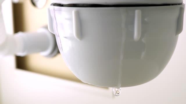 vidéos et rushes de fuite d'eau du siphon. problèmes avec le tuyau d'eau dans la cuisine. - cuisine non professionnelle