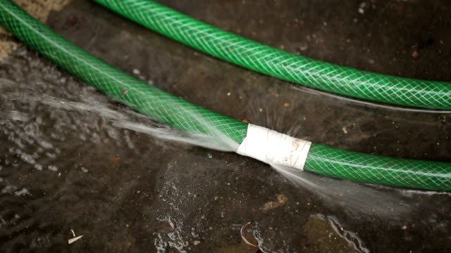 perdita tubo per innaffiare - tubo flessibile video stock e b–roll