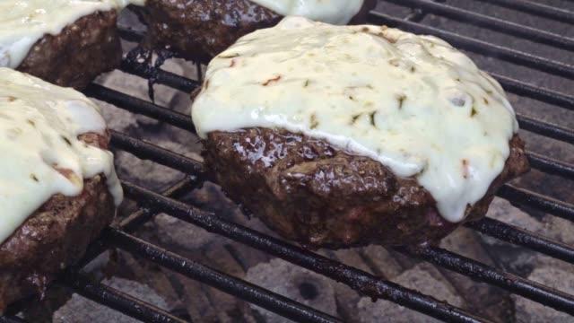 屋外炭火焼きチーズと無駄のない健康的なハンバーガー - チーズ 溶ける点の映像素材/bロール