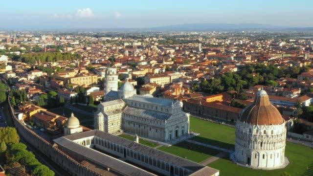pisa kulesi ve campo dei miracoli - havadan görünümü - pisa kulesi stok videoları ve detay görüntü çekimi