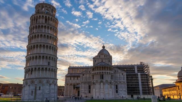 pisa kulesi-gece zaman lapse için gün - pisa kulesi stok videoları ve detay görüntü çekimi