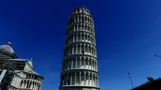 kule pisa, i̇talya - up tilt yaslanmış - pisa kulesi stok videoları ve detay görüntü çekimi