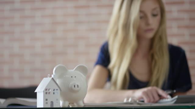 vídeos y material grabado en eventos de stock de aprender sobre finanzas personales - hipotecas y préstamos