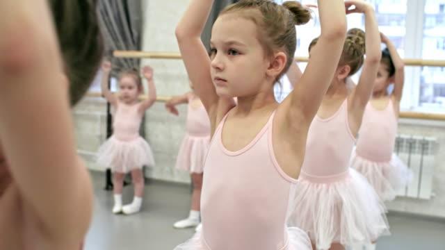 バレエのクラスで学習の腕の動き - チュール生地点の映像素材/bロール