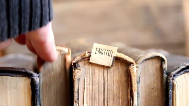 lernen englisch idee, tag und retro-bücher. - literatur stock-videos und b-roll-filmmaterial