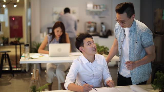 経験豊富な同僚から学ぶ - プロジェクトマネージャー点の映像素材/bロール