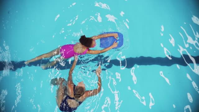 en iyisinden yüzmeyi öğrenme - yüzmek stok videoları ve detay görüntü çekimi
