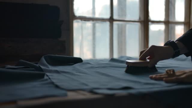 lädervaror förbereder av kvinna mästare för tyg för produktion - brunbränd bildbanksvideor och videomaterial från bakom kulisserna