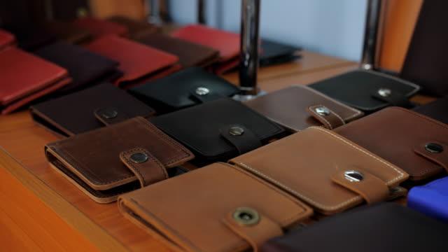 läder plånböcker som visas i verkstaden på en tanner. utställningslokalen i en tanners verkstad. - läder bildbanksvideor och videomaterial från bakom kulisserna