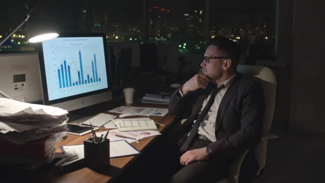 lämnar arbetsplatsen sent på natten - slå på och av bildbanksvideor och videomaterial från bakom kulisserna