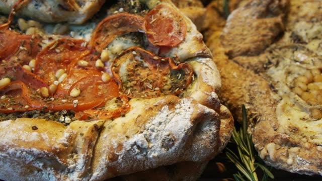 黎巴嫩風格大平面包烘烤和調味與不同的澆頭看起來像比薩餅 - lebanon 個影片檔及 b 捲影像