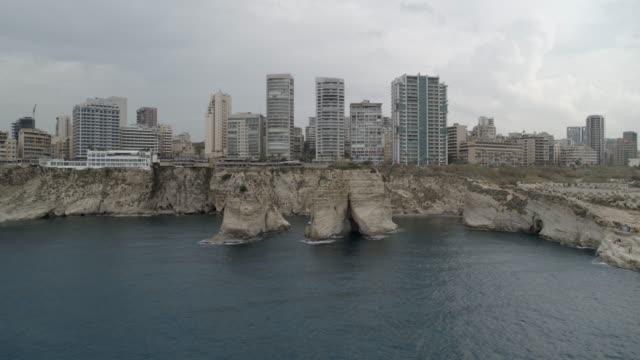 vídeos y material grabado en eventos de stock de líbano - raouche (pigeon rocks) - disparo aéreo - beirut