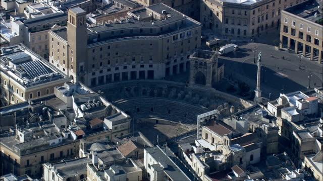 lecce arena romana-vista aerea-puglia, provincia di lecce, lecce, italia - lecce video stock e b–roll