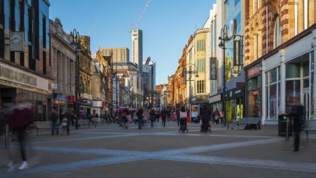 vídeos de stock e filmes b-roll de leeds downtown with crowds of shoppers, west yorkshire, 4k time-lapse - reino unido