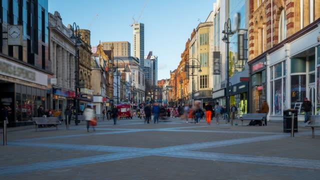 vídeos de stock, filmes e b-roll de leeds high street com multidões de compradores, west yorkshire, 4k time-lapse (zoom-out) - alto descrição geral