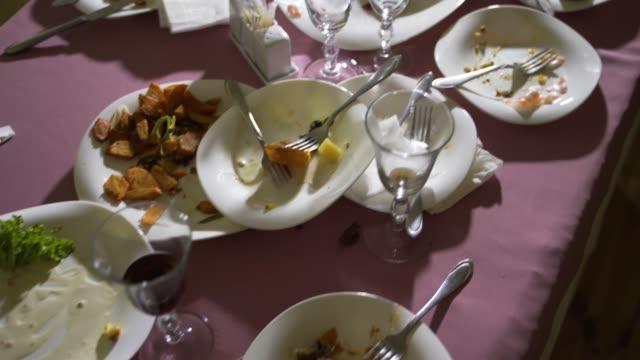 白い皿の残り物は、お祝いテーブルにあります。 - テーブル 無人のビデオ点の映像素材/bロール