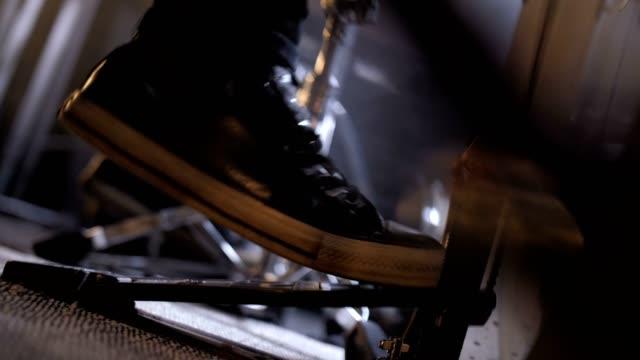 ben av musiker trycka fotpedal på trumset - trumset bildbanksvideor och videomaterial från bakom kulisserna
