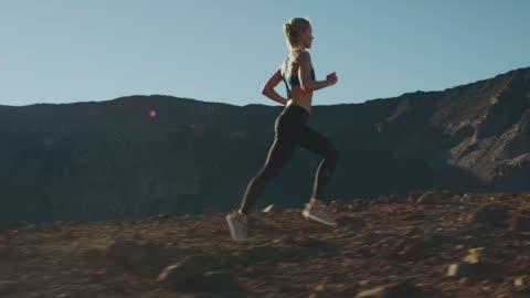 vídeos de stock e filmes b-roll de legend has it she's part gazelle - correr