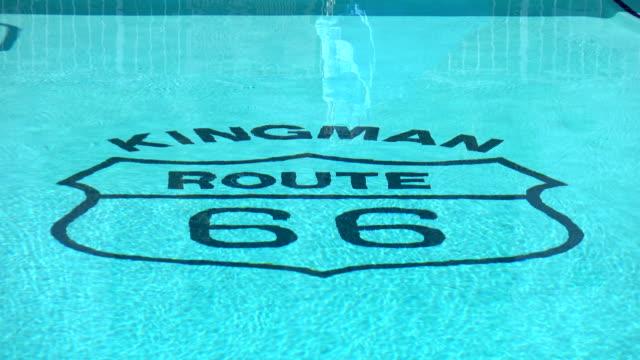 stockvideo's en b-roll-footage met legendarische kingman route 66 kop in het zwembad in 4k - arizona highway signs