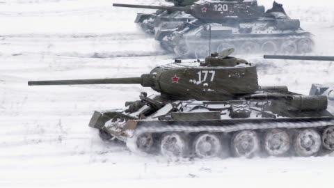 vídeos y material grabado en eventos de stock de legendario rusos llevaran t34 ataque un enemigo posición - rusia