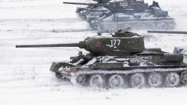vídeos de stock, filmes e b-roll de lendário russo tanques t34 um inimigo posição de ataque - rússia