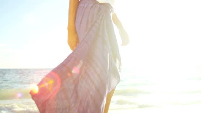 ben spansktalande strand flicka klädd i baddräkt och sarong - sarong bildbanksvideor och videomaterial från bakom kulisserna