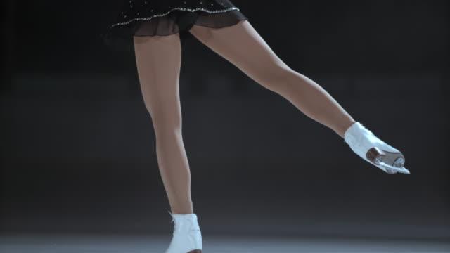 slo mies. td nóg kobieta rysunek skater podczas spin - łyżwa filmów i materiałów b-roll