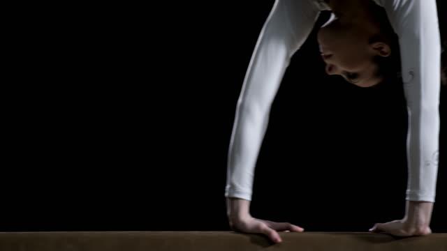 De San Luis Obispo Missouri las piernas del gimnasta haciendo voltereta lateral de barra de equilibrio - vídeo