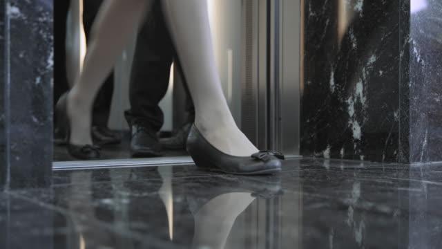 LD Beine Geschäftsleute wie Sie die Ausfahrt auf den Aufzug – Video