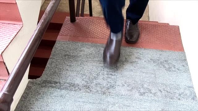 stockvideo's en b-roll-footage met benen van zakenman lopen trap - onherkenbaar persoon