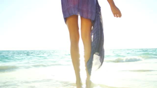 ben av etniska flicka barfota på tropical beach - sarong bildbanksvideor och videomaterial från bakom kulisserna
