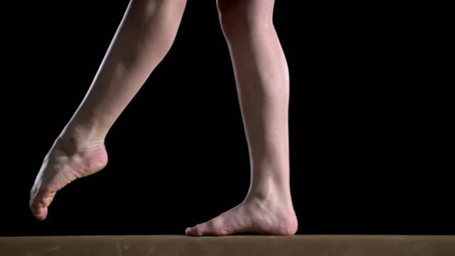 Piernas de la mujer de San Luis Obispo Missouri gimnasta realiza en barra de equilibrio - vídeo