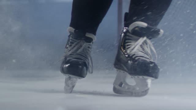 vidéos et rushes de jambes du joueur de hockey sur glace sur la patinoire - hockey sur glace