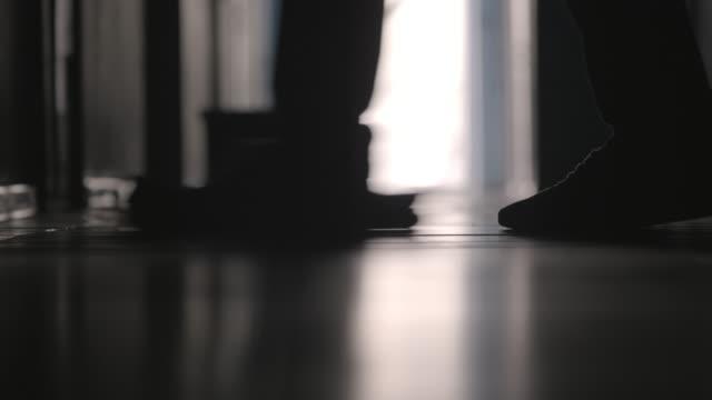 ben av manliga vaktmästaren tvätta golvet - hospital studio bildbanksvideor och videomaterial från bakom kulisserna