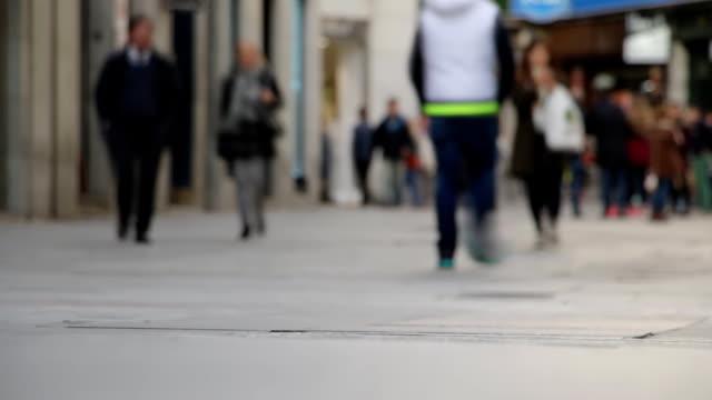 stockvideo's en b-roll-footage met benen van mensen op de straat stad. timelapse - dubbelopname businessman