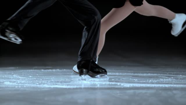 slo mies. nóg łyżwiarstwo figurowe para podczas spin - łyżwa filmów i materiałów b-roll