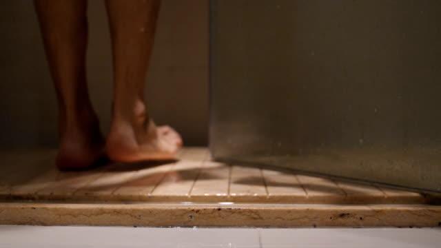 vídeos de stock, filmes e b-roll de pernas do jovem no chuveiro - chuveiro