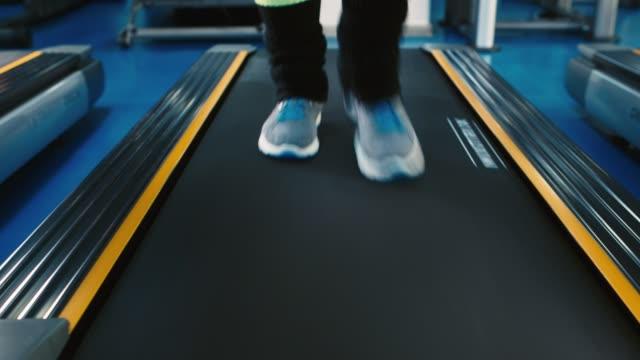 Beine laufen auf einem Laufband – Video