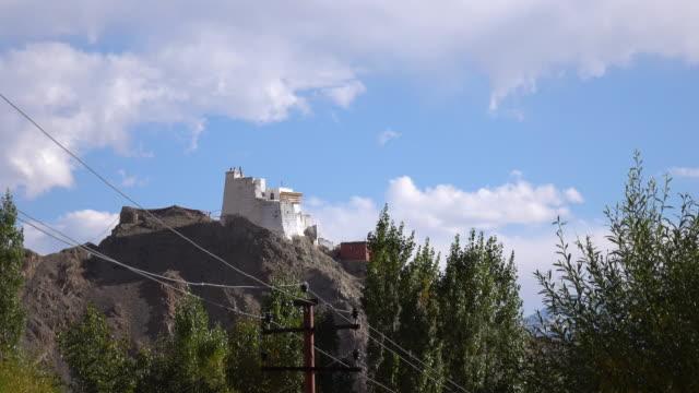 stockvideo's en b-roll-footage met leh paleis en namgyal tsemo klooster van leh ladakh, noord-india - klooster
