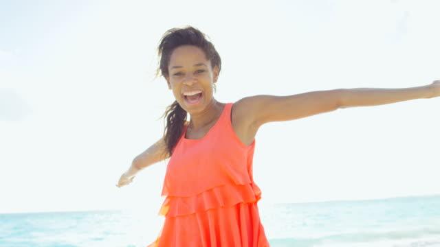 vidéos et rushes de loisir mode de vie des afro-américains femelle sur la plage - évasion du réel