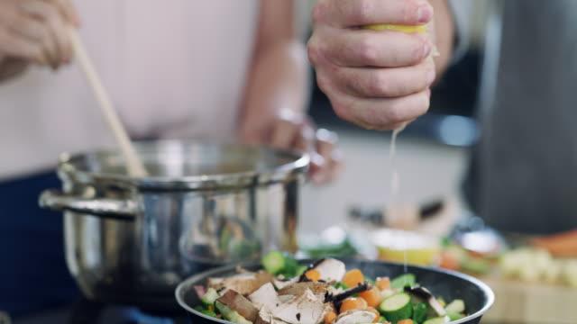 zitronensaft ist, wo der geschmack ist! - küchenzubehör stock-videos und b-roll-filmmaterial