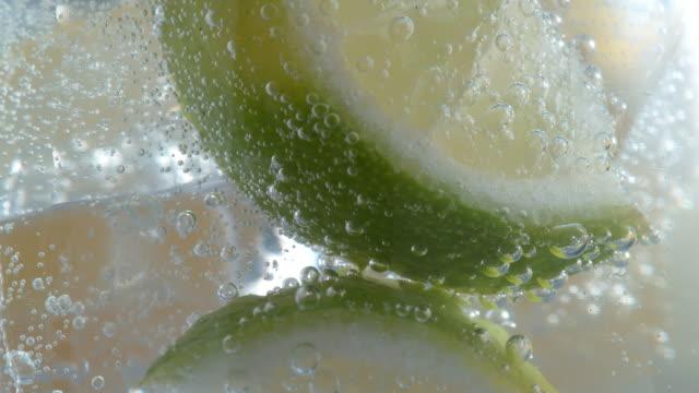 limon limonlu soda süper yavaş hareket. - serinletici stok videoları ve detay görüntü çekimi