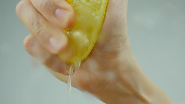 lemon squeeze close up, front view. - лимон стоковые видео и кадры b-roll