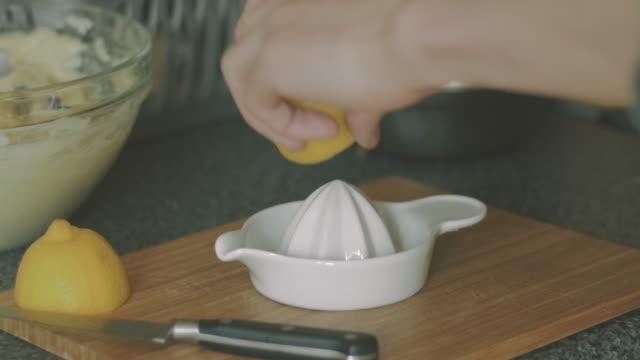 лимонный напрягите - лимонный сок стоковые видео и кадры b-roll