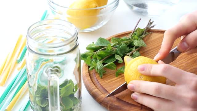 limonade vorbereitung. konzept des kochens. - tropischer cocktail stock-videos und b-roll-filmmaterial