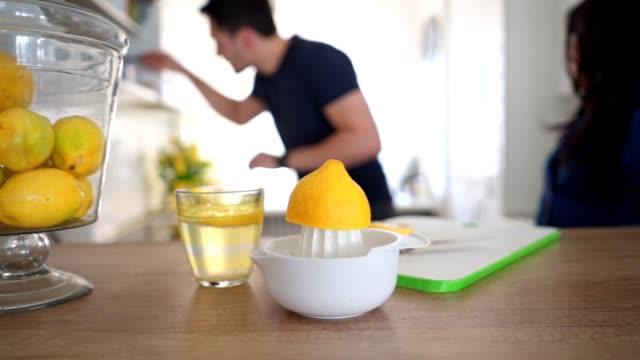 vídeos de stock e filmes b-roll de lemonade preparation - limonada tradicional