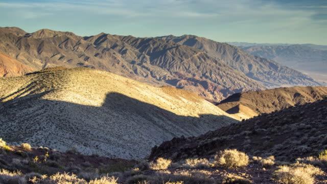 vídeos de stock e filmes b-roll de lengthening shadows in desert hills - time lapse - parque nacional do vale da morte