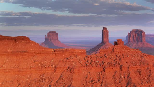 Alargar las sombras en Monument Valley al atardecer - tiro del zumbido - vídeo