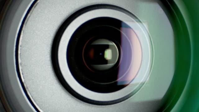 gläser von video-kamera mit zoom, nahaufnahme - reisebüro stock-videos und b-roll-filmmaterial